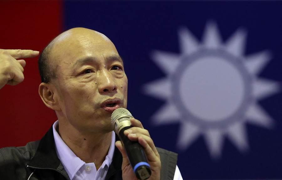 國民黨主席候選人韓國瑜(如圖)7日在鳳山發表政見,他指著自己光禿的頭頂笑稱越來越像先總統  蔣公,若他當選國民黨主席保證溫良恭儉但再也不讓。(王錦河攝)