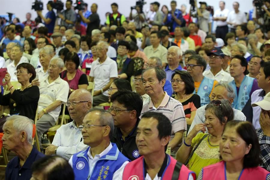 國民黨主席候選人高屏區政見會7日在鳳山舉行,6位候選人輪流上台發表政見爭取支持,吸引許多黨員和支持者到場聆聽力挺。(王錦河攝)
