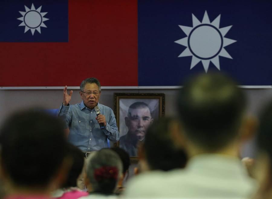 國民黨主席候選人詹啟賢(中)7日在鳳山發表政見,他表示國民黨要走出過往用錢綁樁和利益交  換的不好文化,他參選就是要點燃黨內改革的火種。(王錦河攝)