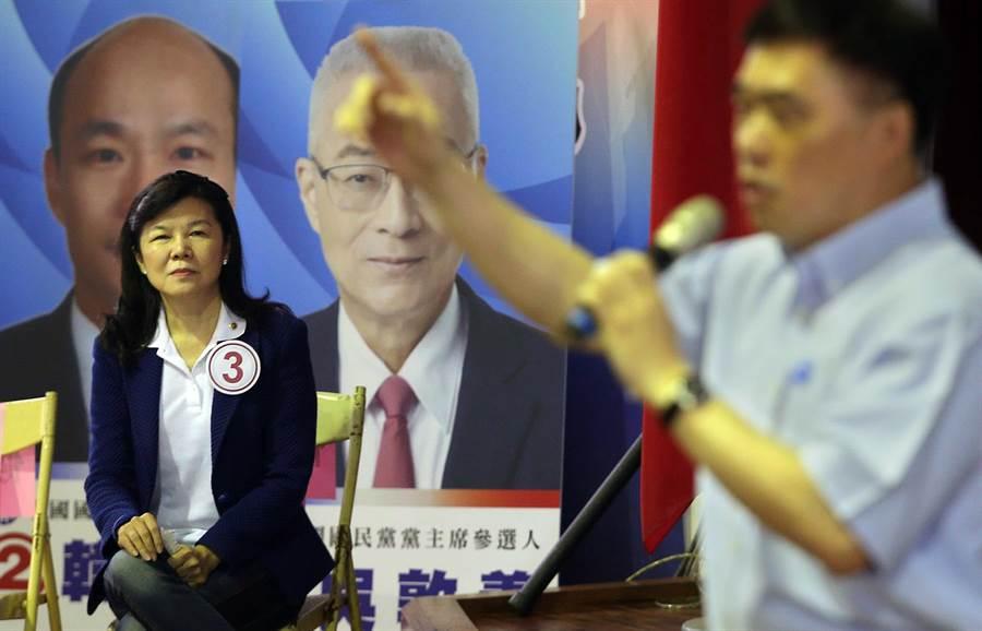 包括郝龍斌(右)、潘維剛(左)等6位國民黨主席候選人輪流上台發表政見爭取支持,希望2020贏回執政權。(王錦河攝)