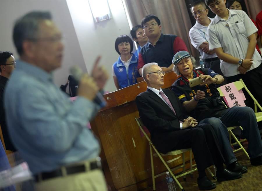 國民黨主席候選人詹啟賢(左)發表政見時,1位台下男子趨前坐在吳敦義(中)身旁要求合影。(王錦河攝)