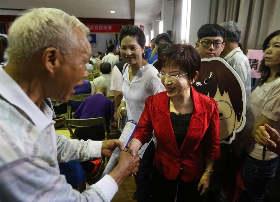 包括洪秀柱(中)等6位國民黨主席候選人輪流上台發表政見,受到支持者力挺。(王錦河攝)