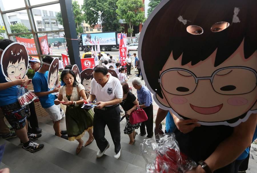 國民黨主席6位候選人高屏政見會7日在鳳山舉行,吸引不少黨員和支持者到場聆聽力挺。(王錦河攝)