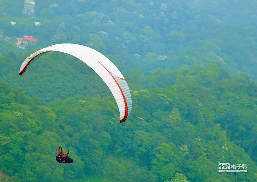 新竹縣橫山木頭山飛行傘起飛基地,飛行至桃園市大溪區的路線,是全國唯一能夠將盛開的油桐花1次盡收眼底的路徑。(郭台貴提供)