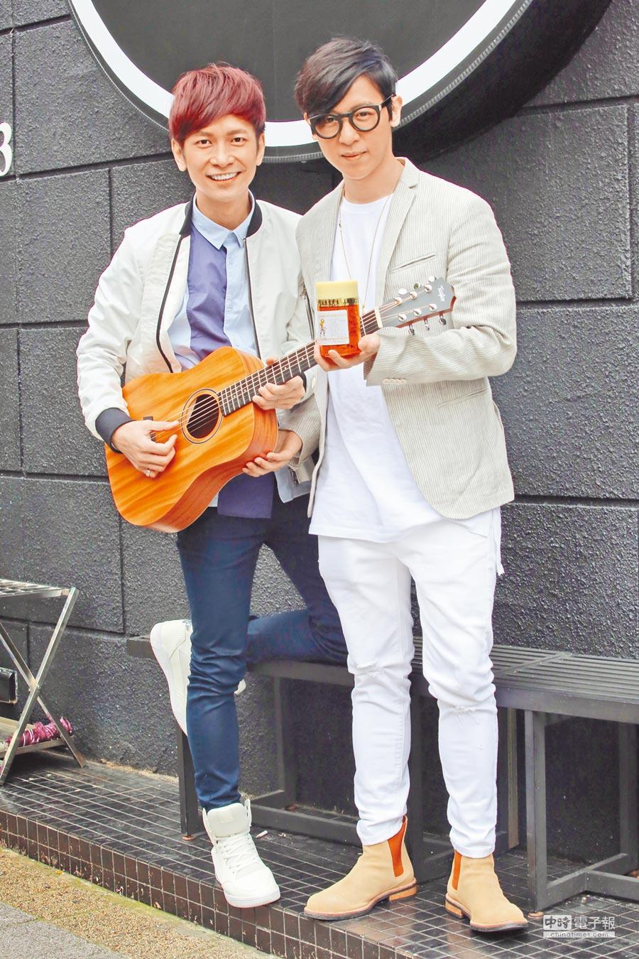 方烔鑌(右)昨送行氣散及木吉他祝壽張智成。(張祐銘攝)
