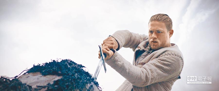 查理漢納在片中有許多打鬥、揮劍戲,相當消耗體力。圖片提供華納
