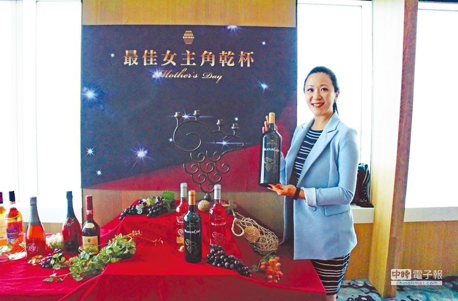橡木桶洋酒總經理袁德珮推薦法國波爾多摩當卡地坎城限定葡萄酒。 圖片提供橡木桶洋酒