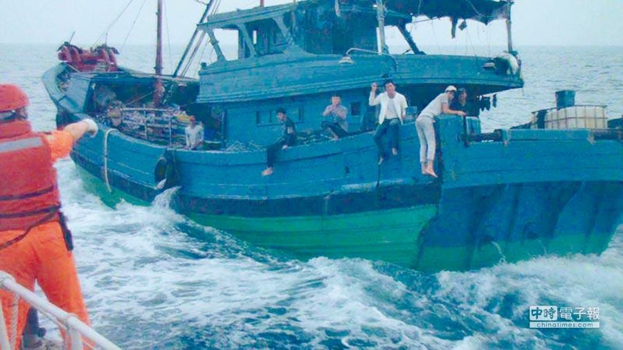 陸漁船6日早上越界拒受檢,澎湖海巡開5槍,2名漁工意外被子彈擊傷。(澎湖海巡隊提供)