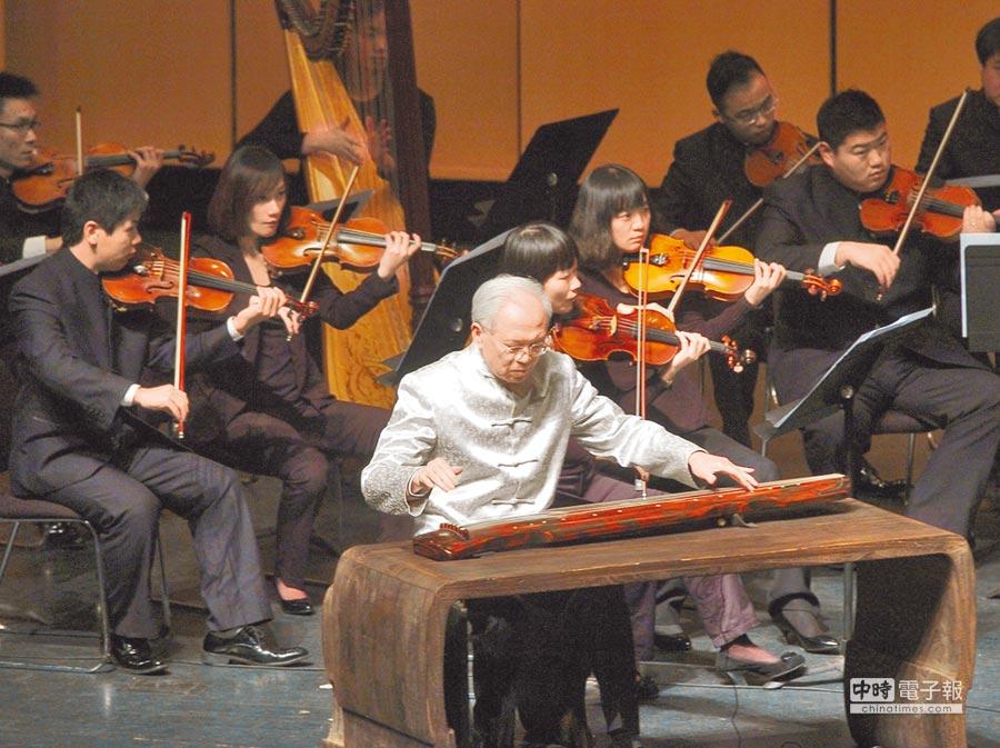 2011年11月24日,浙江省杭州市,古琴演奏家龔一與杭州愛樂樂團同台演繹古琴曲《平沙落雁》。(CFP)