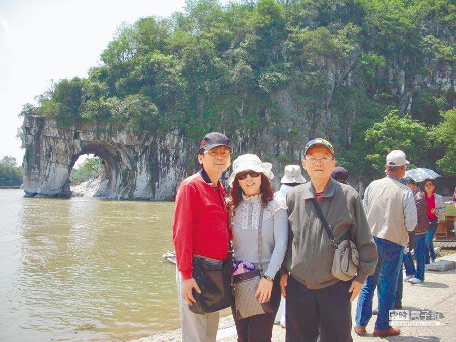 遊客在桂林漓江上旅遊觀光。(記者黃媺涵攝)