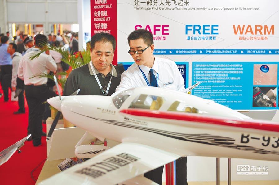 中國國際航空航天博覽會於珠海舉行,民眾了解私人飛機資訊。(新華社資料照片)