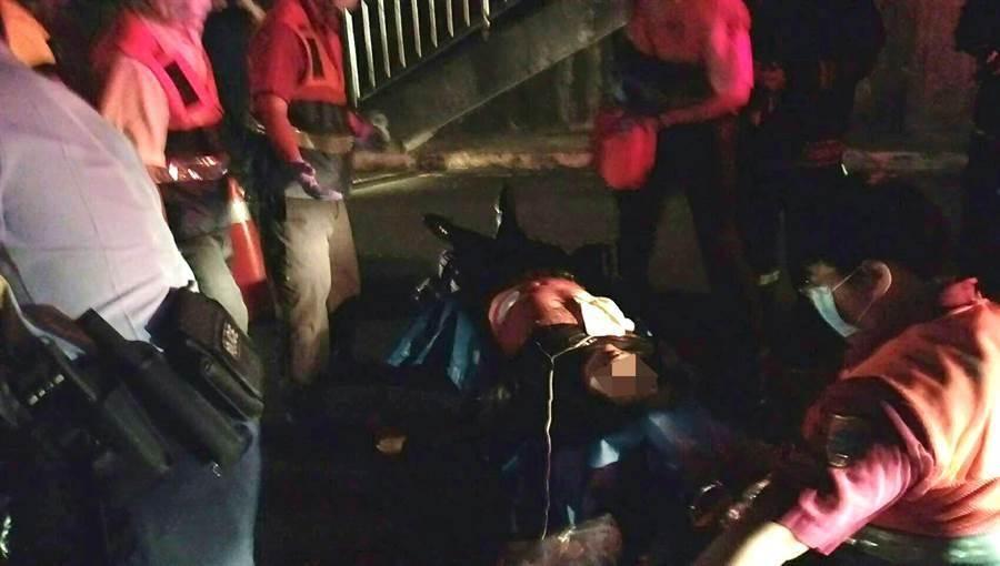 救護人員將傷重的林男送醫急救。(民眾提供)