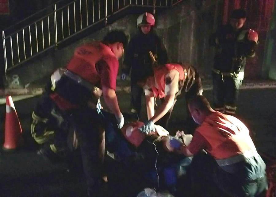 警消趕到現場,將重傷的林男送醫急救。(民眾提供)