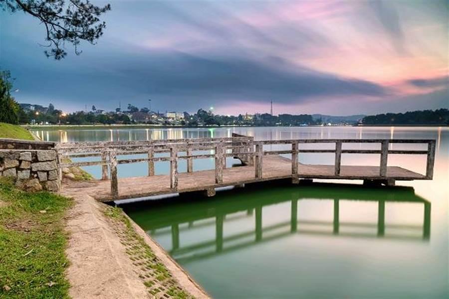 坐在春香湖畔、欣賞美景,是很悠閒的享受。