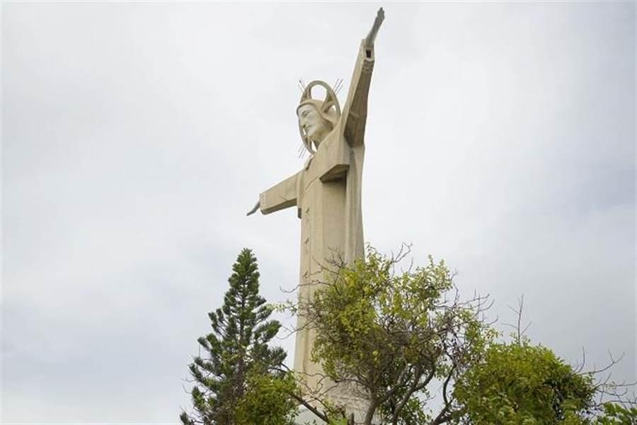 可爬入耶穌像,站在耶穌的肩膀上遠眺頭頓。