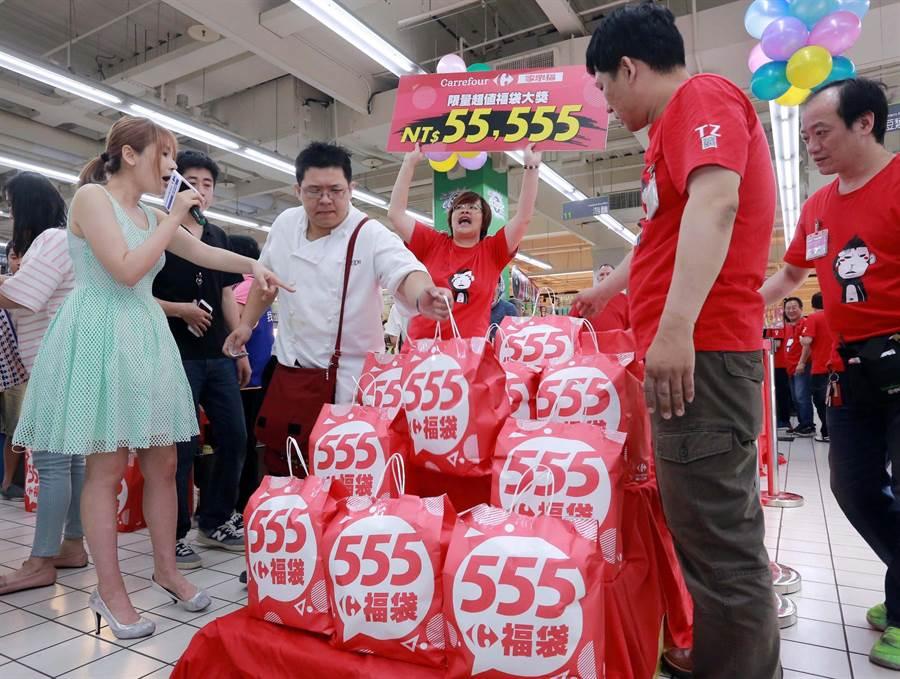 家樂福6日在大直店開賣「555超值福袋」,不少人試手氣。(家樂福提供)