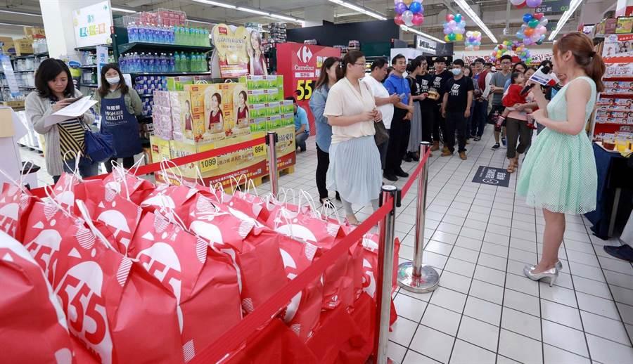 家樂福6日在大直店開賣「555超值福袋」,吸引民眾排隊參加。(家樂福提供)