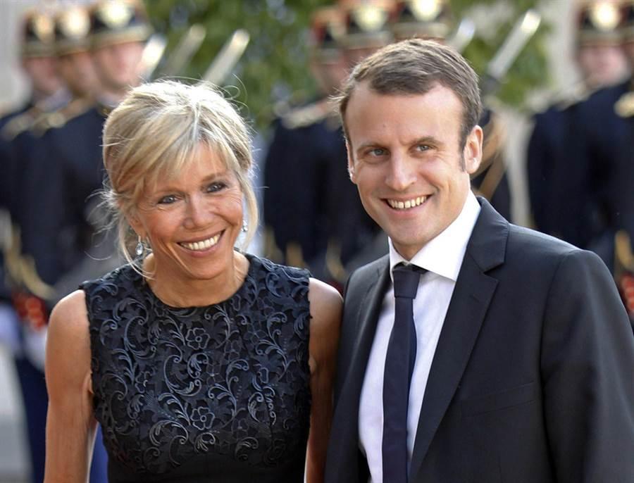 2015年,托涅(左)為了專心成就時任法國經濟部長的丈夫馬克宏,毅然放棄自己的戲劇事業。圖為兩人2015年6月2日抵達巴黎愛麗舍宮的神情。(圖/美聯社)