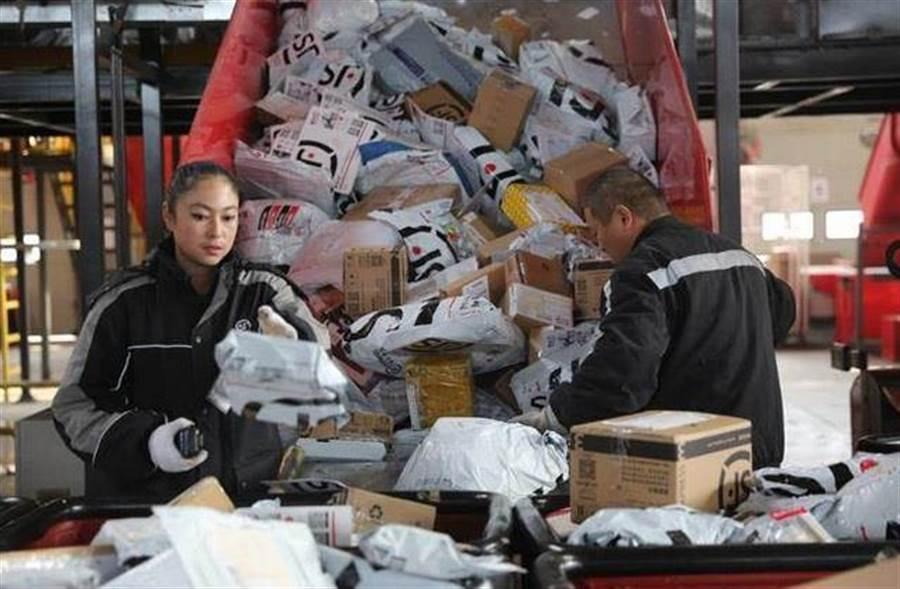 順豐快遞進軍彩票業。圖為順豐快遞工作人員在集散中心整理包裹。(新華社)