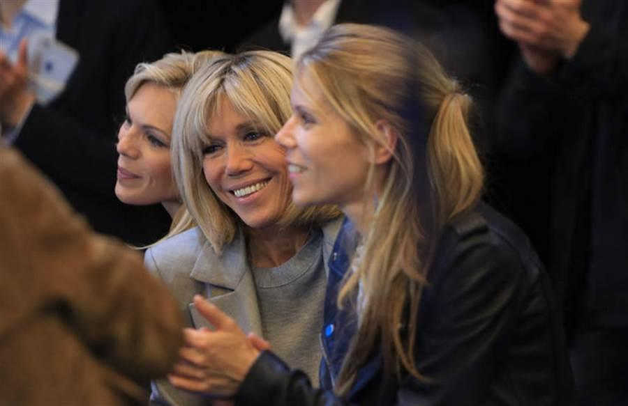 托涅與兩個女兒合影,雖然年過60,但保養得宜的她和女兒如同姊妹花。(圖/托涅臉書)