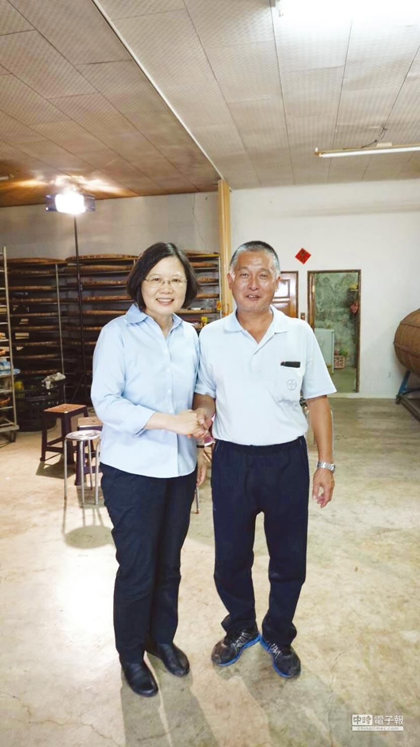 總統蔡英文曾經探訪自耕農葉東保,讓「總統茶園」一炮而紅。圖/葉東保提供