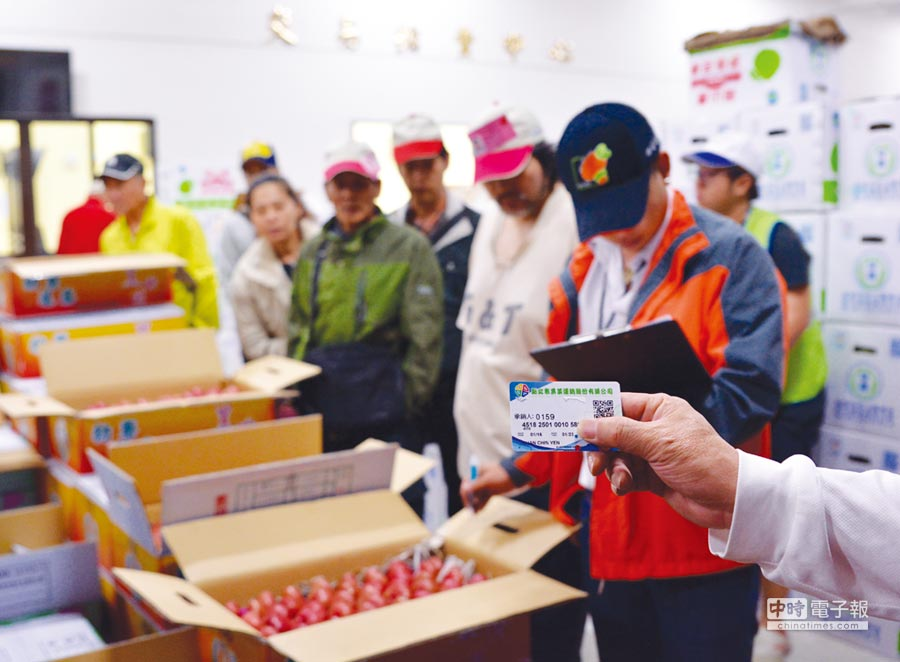 永豐銀行攜手板橋果菜市場推出客製化「配銷卡」,助承銷人(中盤商)便利批發採購。圖/業者提供