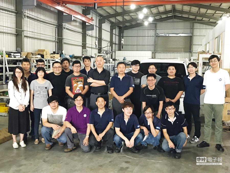 易立威公司負責人張偉邦、蔡文山與全體員工合影。圖/業者提供