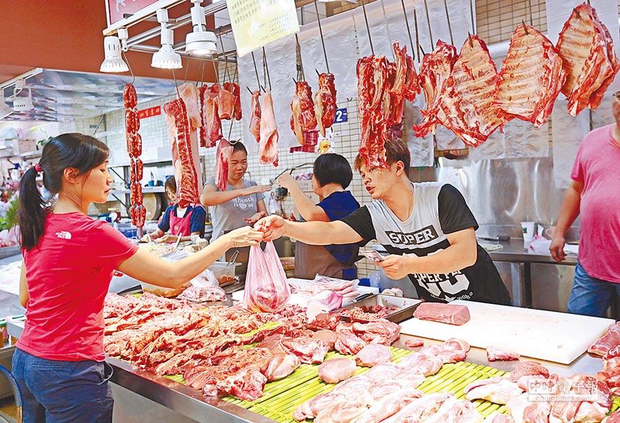 傳統市場豬肉攤商交易情形。(張鎧乙攝)
