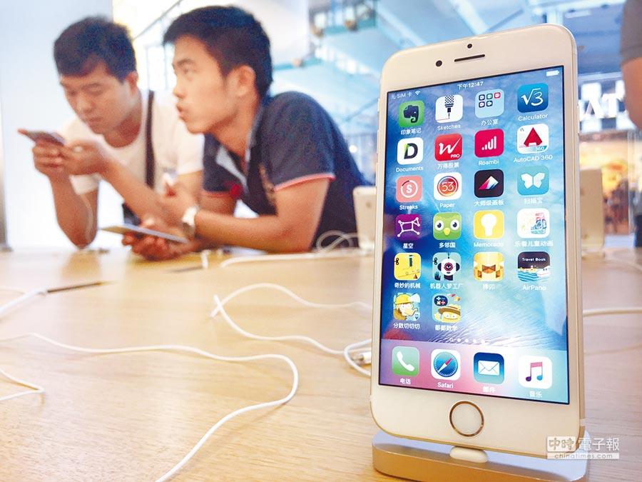 台灣科技股業績高度依賴蘋果這個大客戶,尤其是旗下明星產品iPhone。圖為消費者在選購iphone手機。(美聯社資料照片)
