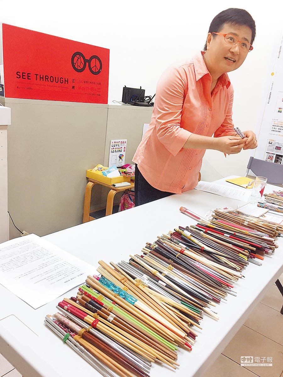 伴侶盟去年9月展開全台彩虹環島,募集超過200雙筷子。兩支成雙的筷子代表同性伴侶,也是平等象徵,呼籲「平權『筷』來」。圖為伴侶盟理事長許秀雯解說。(陳宜加攝)