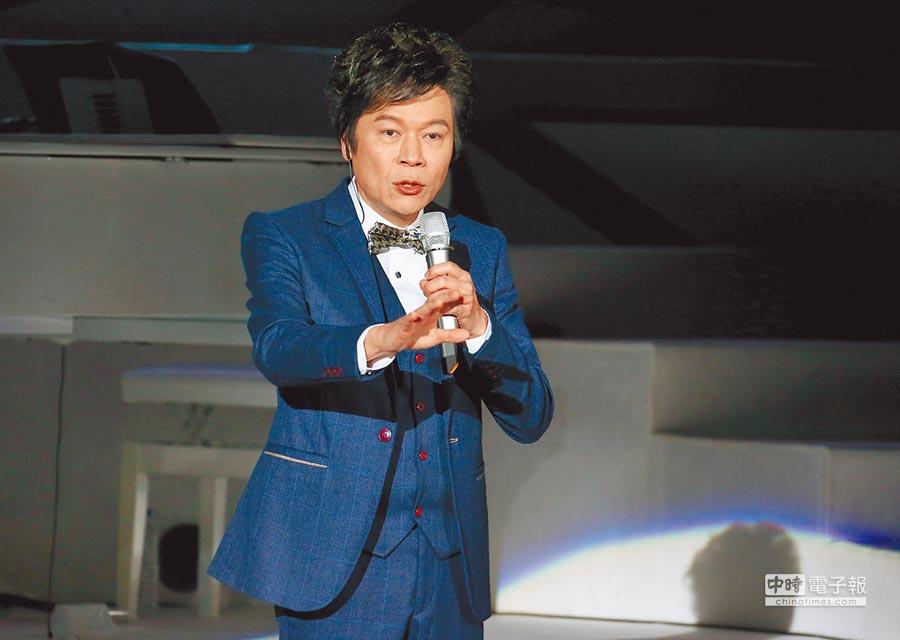 洪榮宏昨開唱,並在台上致敬天下母親。(粘耿豪攝)