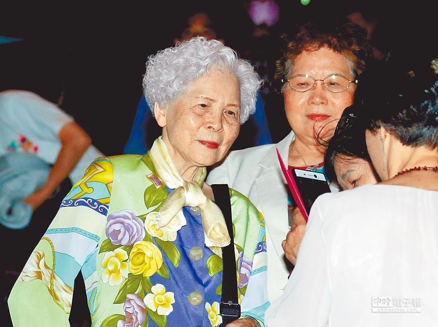 洪榮宏媽媽(左)坐在台下聆聽兒子演唱,表示這是最好的母親節禮物。(粘耿豪攝)