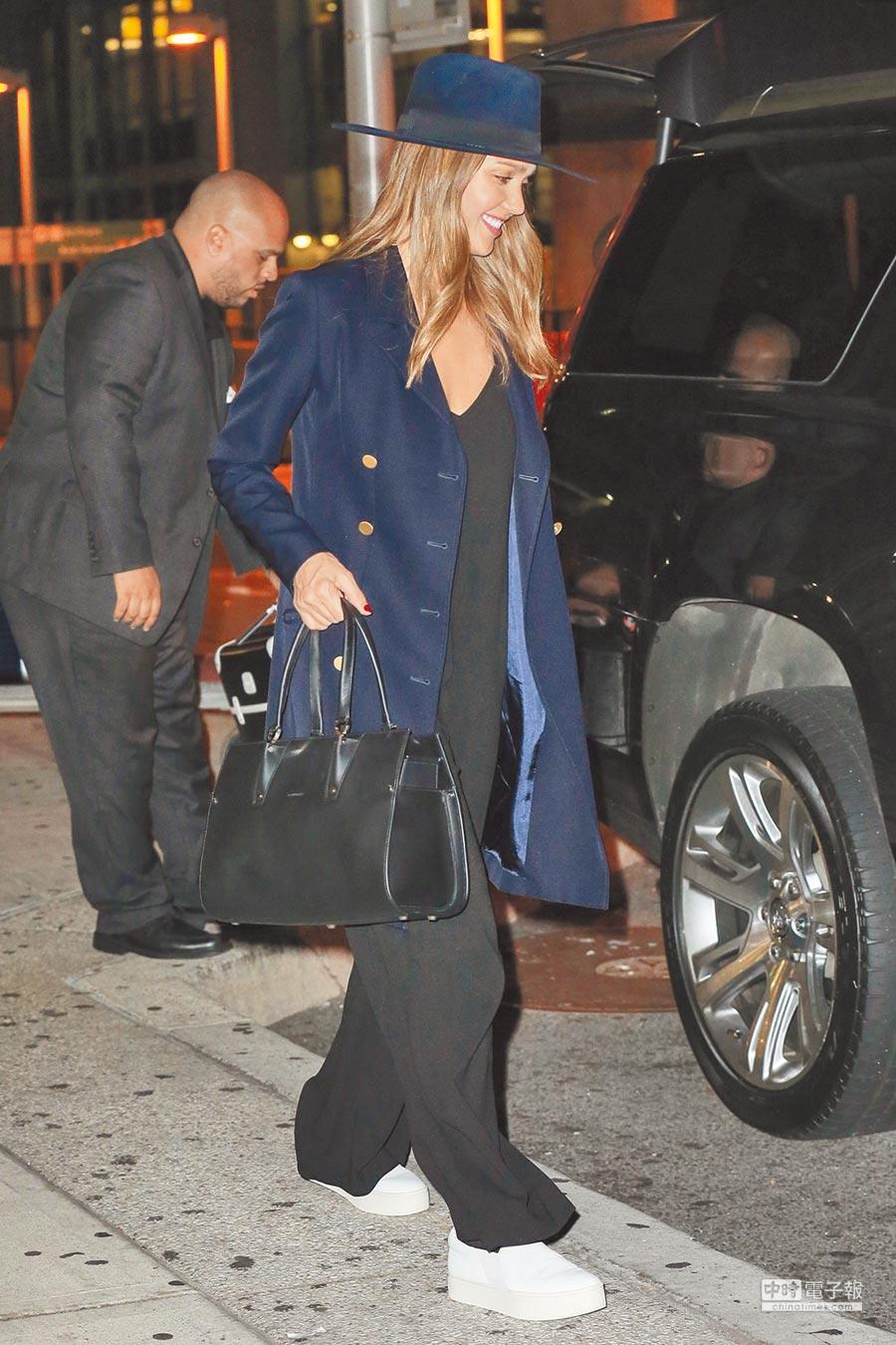 潔西卡艾芭一身休閒裝扮搭配一只Paris Premier包款,相當突顯身為母親需正經且休閒的多變面相。