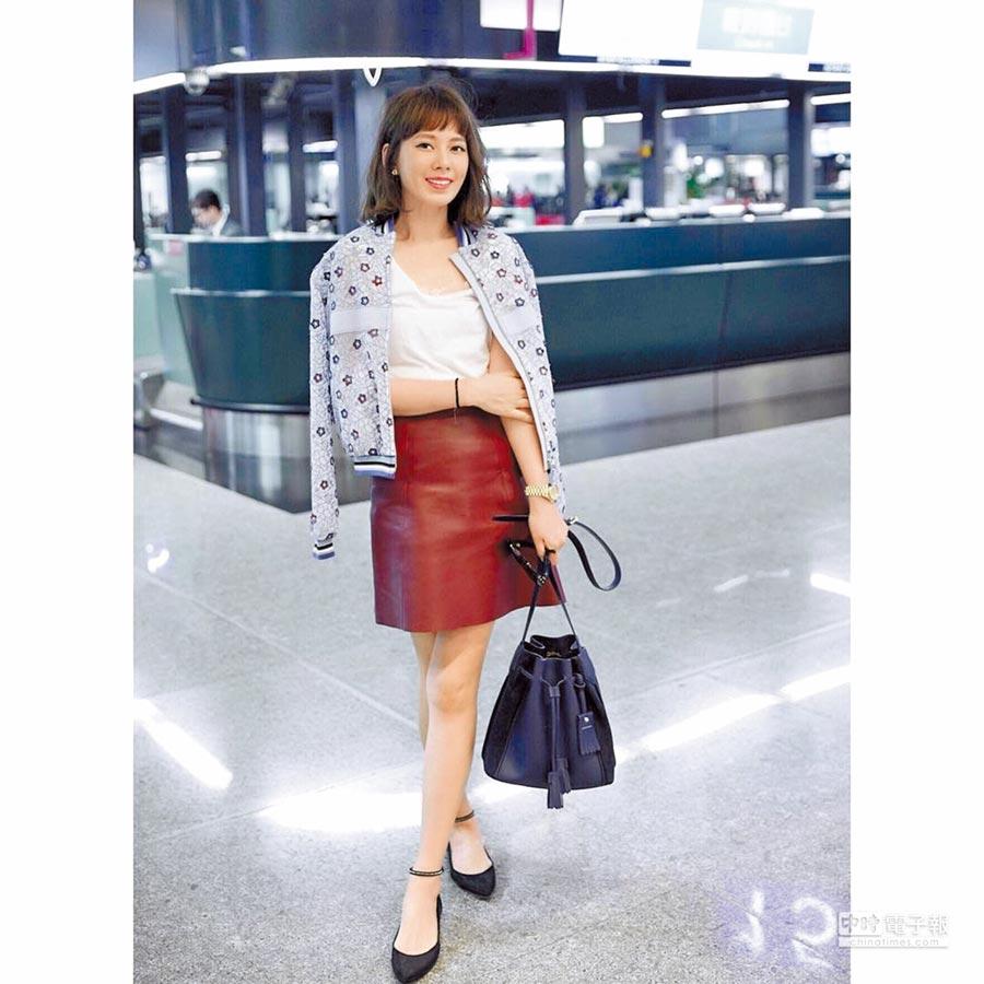時尚辣媽Melody日前參加巴黎時裝周即手拿一只號稱無底洞的Longchamp Penelope水桶包,隨意就能展現時尚女神樣。(翻攝自Melody官方instagram)