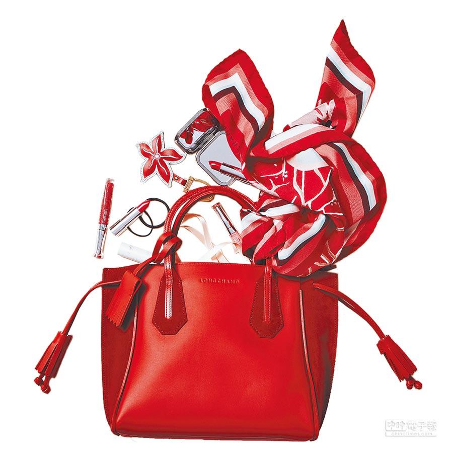 大容量的Penelope托特包揉合精湛皮件工藝與流行元素,並以不同皮質拼接出實用摩登風采,Longchamp Fantaisie雙材質拼接托特包3萬3600元。