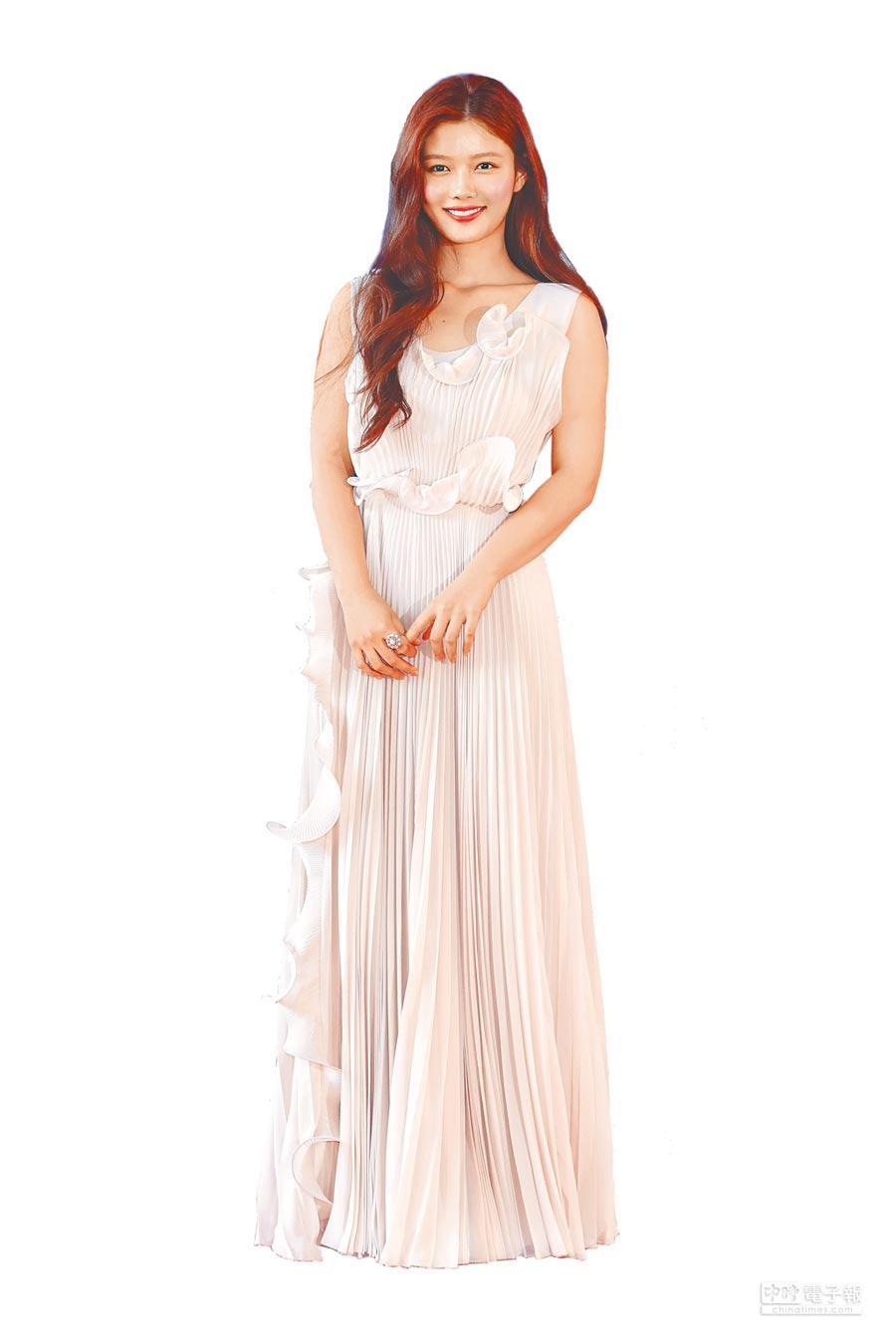 《雲畫的月光》女主角金裕貞(左)甜美出席百想藝術大賞,把H&M荷葉百褶長洋裝當成了晚禮服穿,與魯妮瑪拉撞衫。(CFP)