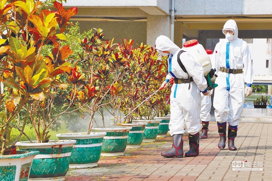 2015年,台南登革熱疫情蔓延,國軍出動第4作戰區化學兵部隊前往進行防疫消毒。(軍聞社提供)