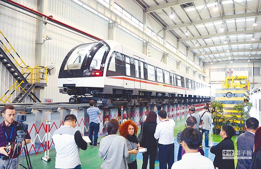 2016年10月18日,中國自主研發的磁浮列車吸引外媒記者駐足。(中新社)