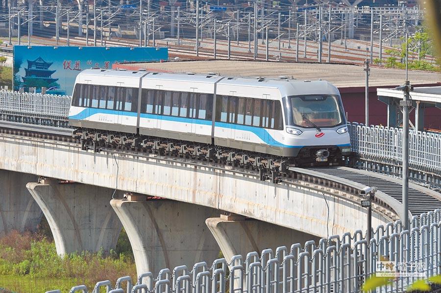 5月6日,運行中的長沙磁浮快線列車。(新華社)