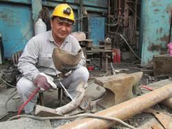 42歲煉鋼爐廠操作員中年失業  參訓取得電銲證照獲鋼鐵廠錄用任銲接員