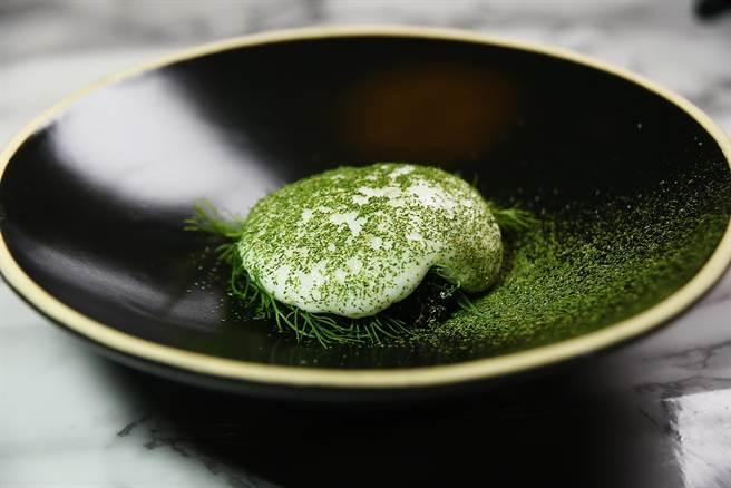 俄羅斯Ossetra魚子洋下襯的是大量的蒔蘿,再用洋芋乳沫覆蓋,最外層再灑了抹茶粉,北歐米其林盛宴在滿滿的魚子醬帶領下華麗開場。(圖/姚舜攝)