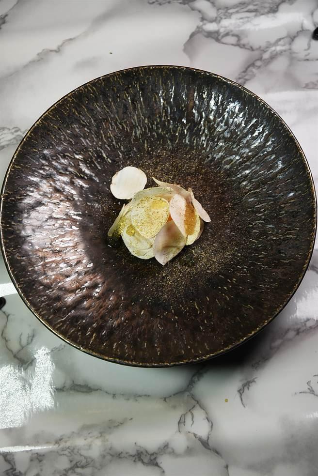 蘑菇薄片下「藏」著低溫慢煮的蛋黃、用雪莉酒醋和蜂蜜醃漬再煙燻的培根,以及黃、白色針菇,口感與味道層次豐富。(圖/姚舜攝)