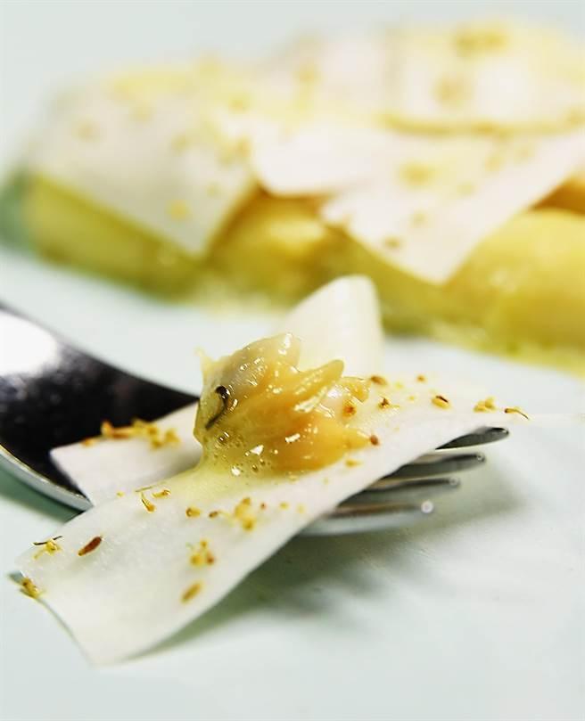 歐洲白蘆筍薄片下有用日式出汁(Dashi)熬煮的整隻白蘆筍,用白酒與大蒜和百香香炒的海瓜子,這道菜的味道非常東方。(圖/姚舜攝)