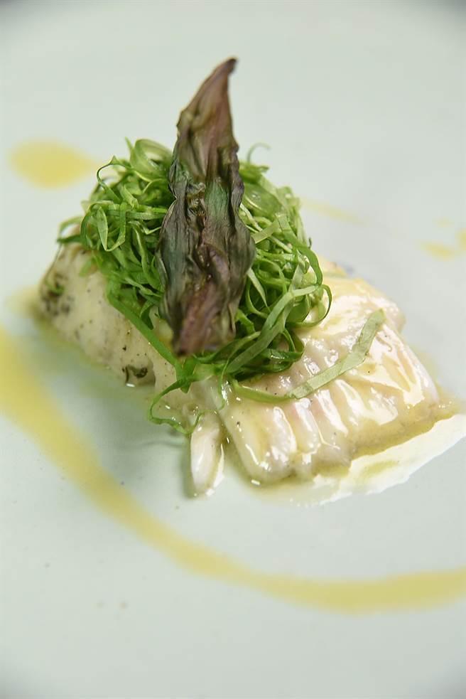 這道〈哈利巴鰈魚〉先用香草葉煙燻再低溫烘烤,再與奶油萵苣和又稱「熊葉」方野生蒜葉搭配呈盤,風味獨特且很東方。(圖/姚舜攝)