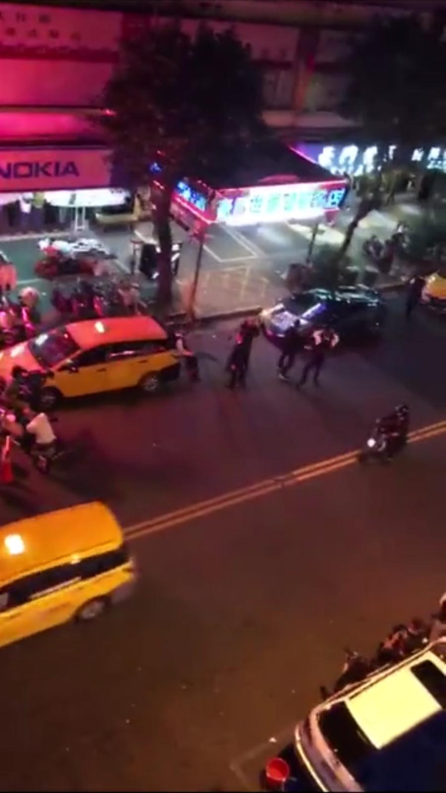 電影劇組在台北市林森北路拍攝黑道開槍劇情,引發民眾恐慌,警方澄清:「拍電影啦!免驚!」(胡欣男翻攝)