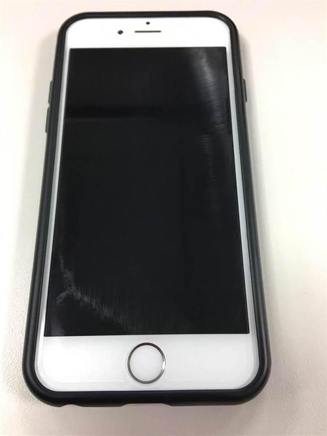 詐騙集團利用iPhone維修換機服務賺黑心錢,取得手機序號產製以假亂真的山寨機,再送修要求換新機牟利,圖為遭仿的真機款。(陳淑芬攝)