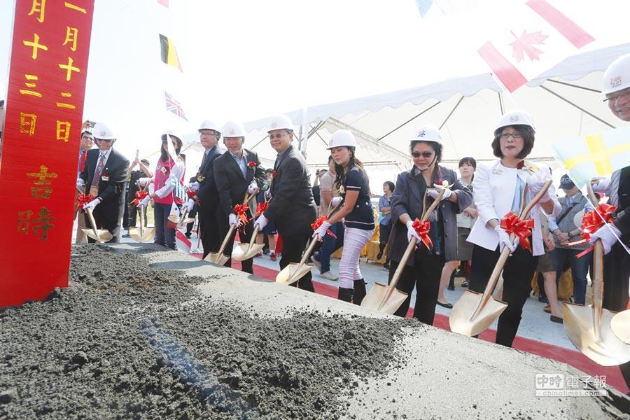 高雄市長陳菊(右二)參加和發產業園區廠商動土典禮。圖/業者提供