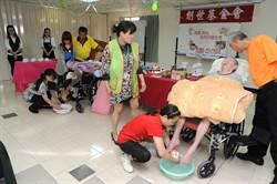 家屬手工皂洗腳按摩 植物人媽媽歡度母親節