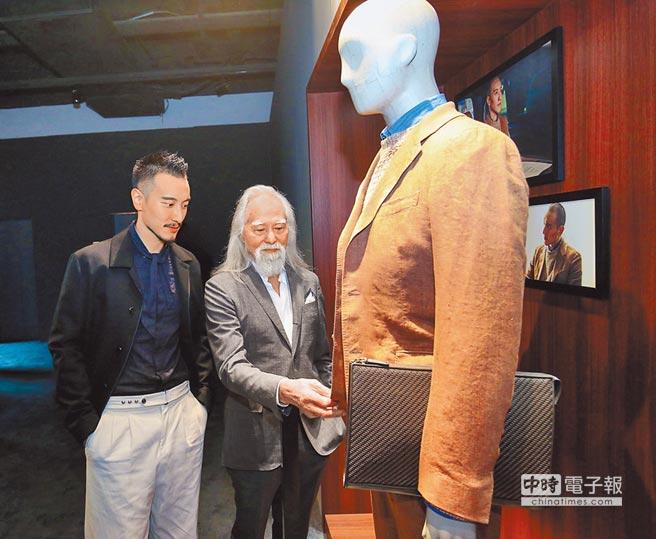王陽明及王德順一同欣賞兩人拍攝「頓悟時刻」影片時穿著的Zegna春夏服裝細節。