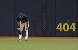 MLB》光芒金手套離譜失誤 一壘打變清壘打